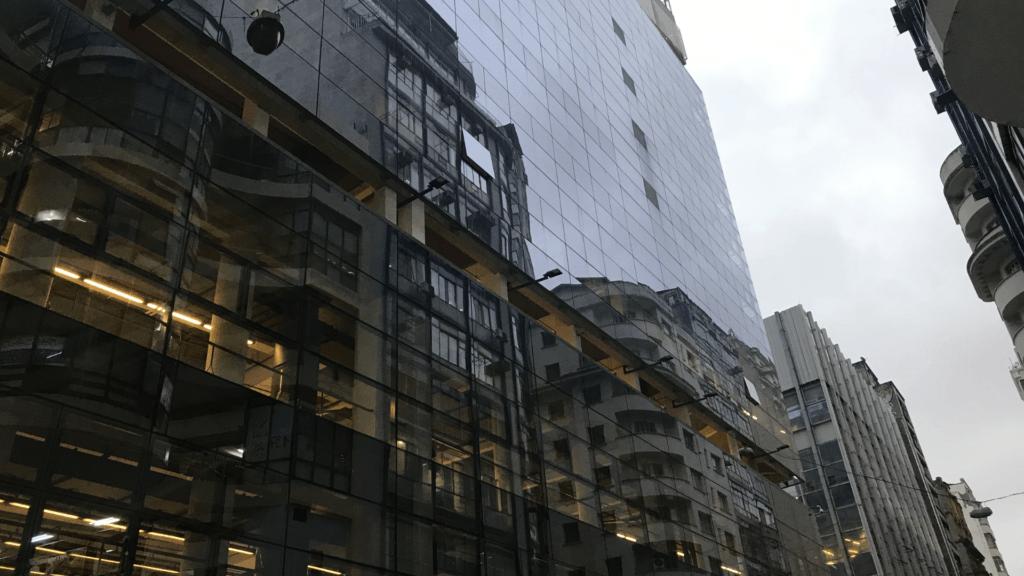 Vista externa do Sesc 24 de Maio, prédio de São Paulo transformado em espaço de lazer.