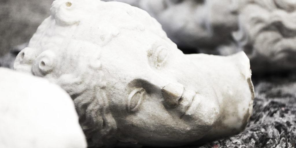 Parte de um dos monumentos de São Paulo depredados que cercavam o lago do Parque da Luz.
