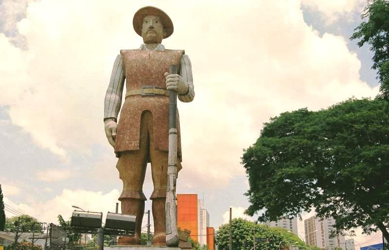 Estátua Borba Gato na Avenida Santo Amaro, monumento de São Paulo.