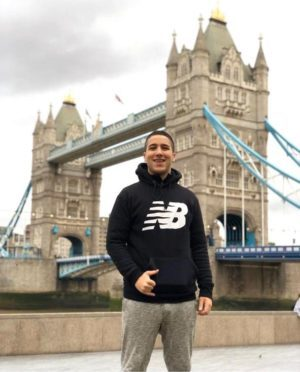 Lucas em frente à Tower Bridge, em Londres, durante seu intercâmbio