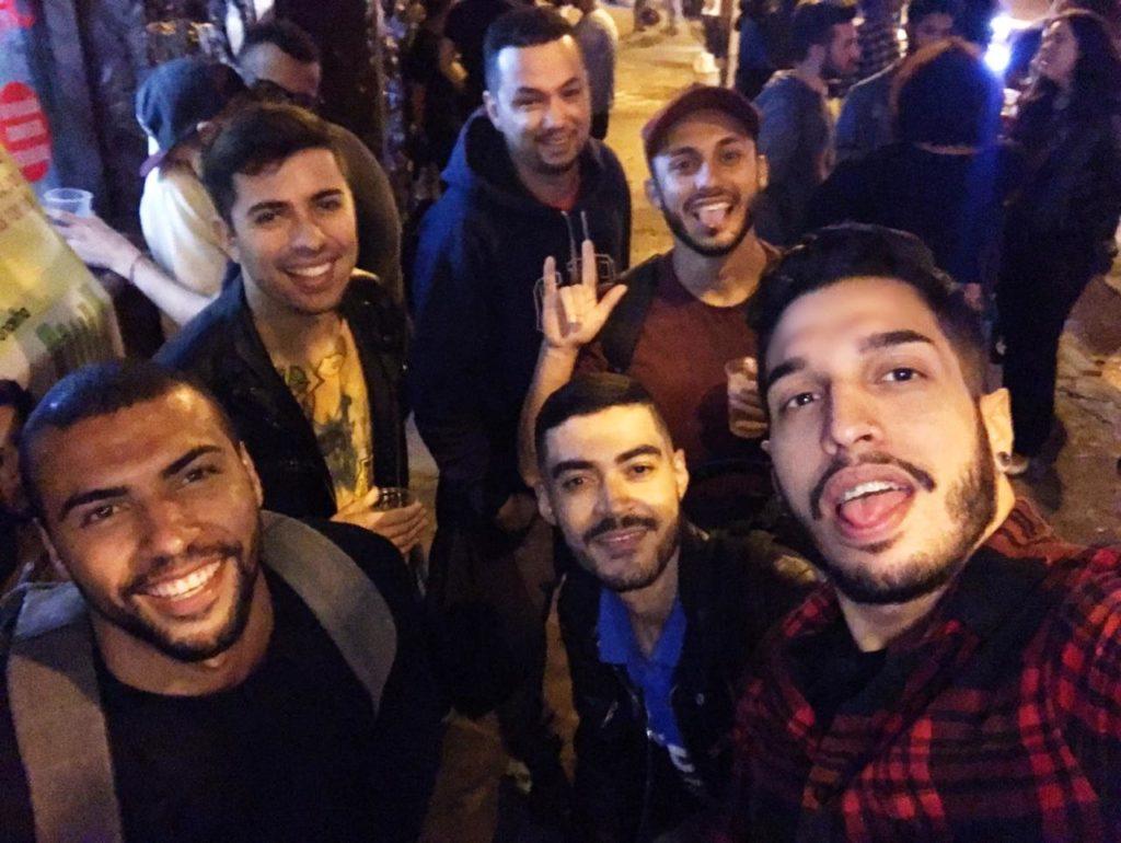 matheus e seus amigos em um uma balada LGBT