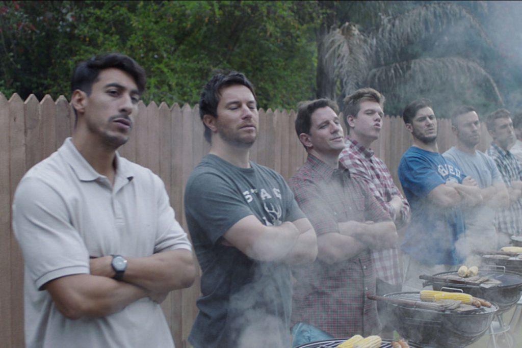 Fotograma retirado do comercial da Gillette mostra sete homens de braços cruzados em frente a churrasqueiras. O comercial motivou debate sobre machismo.