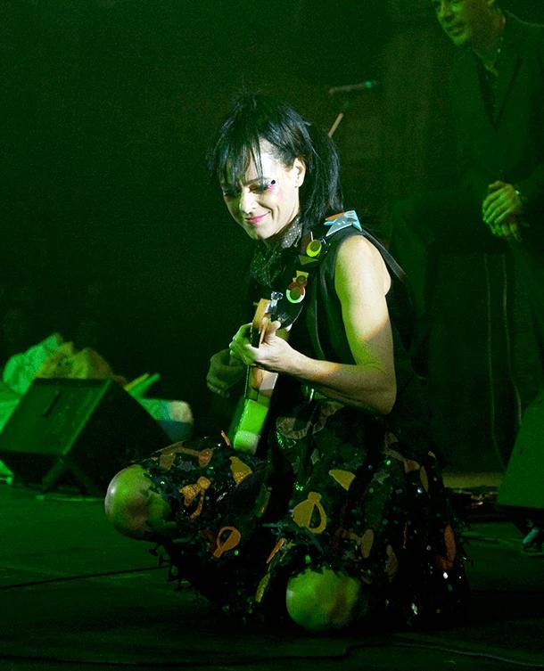 Taciana Barros tocando guitarra no show do Pequeno Cidadão em 2014
