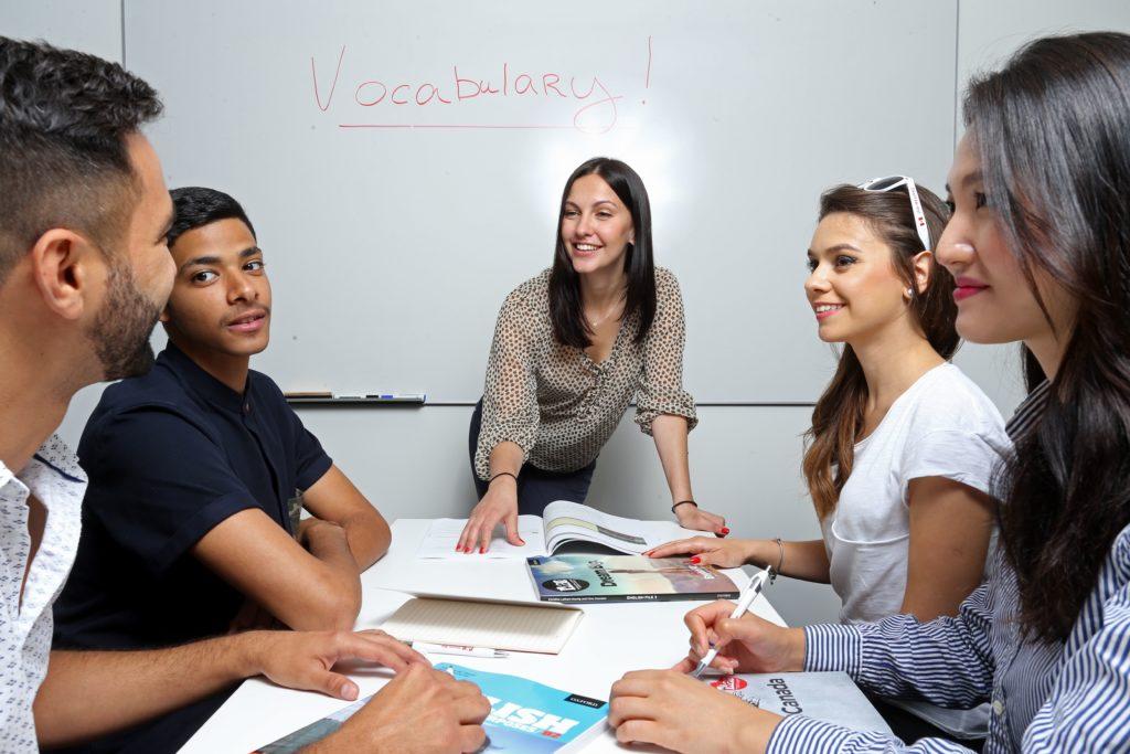 Alunos vão estudar fora do país para aprender inglês