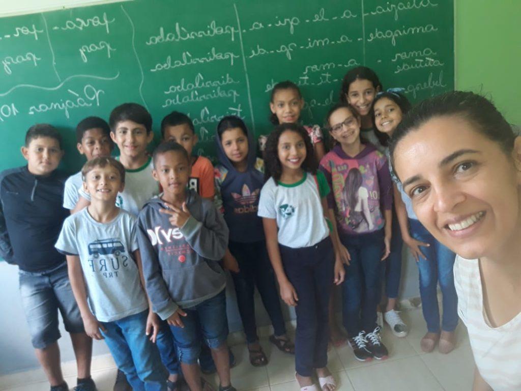 Professora Cristiane com seus alunos na fase de alfabetização antes da pandemia