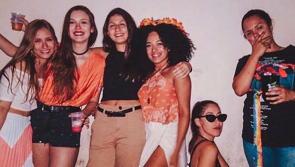 Repúblicas - seis meninas posam para a foto fantasiadas em uma festa