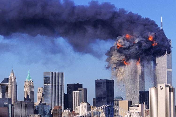 Imagem do atentado às torres gêmeas em 11 de setembro de 2001