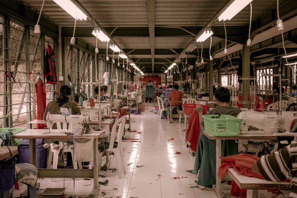 Oficina de costura que produz para a indústrai de fast fashion