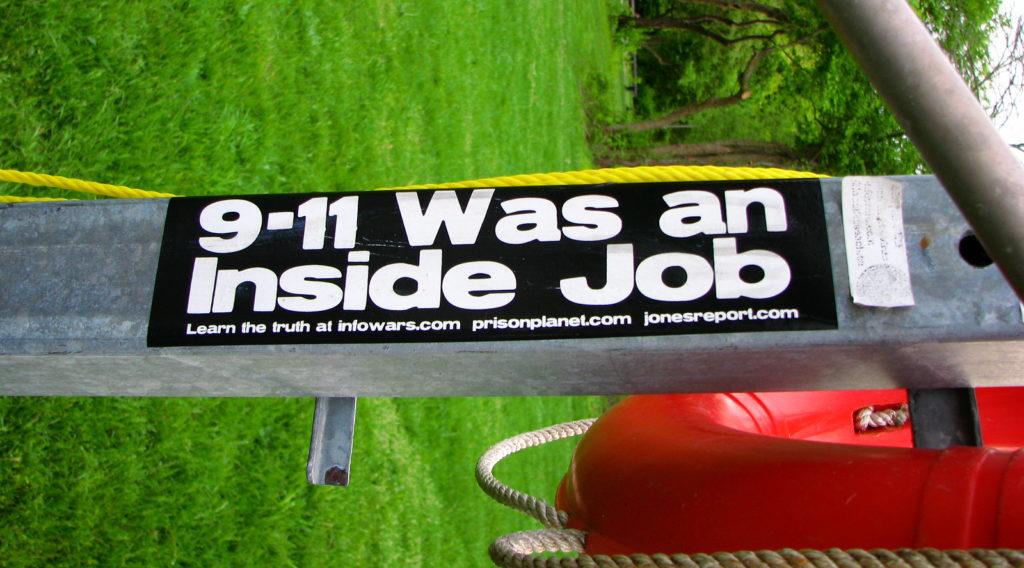 """Imagem com adesivo de teoria da conspiração sobre o """"11 de setembro"""""""